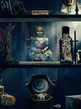 Annabelle 3: Résolus à empêcher Annabelle de causer davantage de dégâts, les démonologues Ed et Lorraine Warren rangent la poupée possédée dans la pièce verrouillée de leur maison réservée aux artefacts