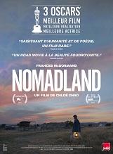 Nomadland: Après l'effondrement économique de la cité ouvrière du Nevada où elle vivait, Fern décide de prendre la route à bord de son van aménagé et d'adopter une vie de nomade